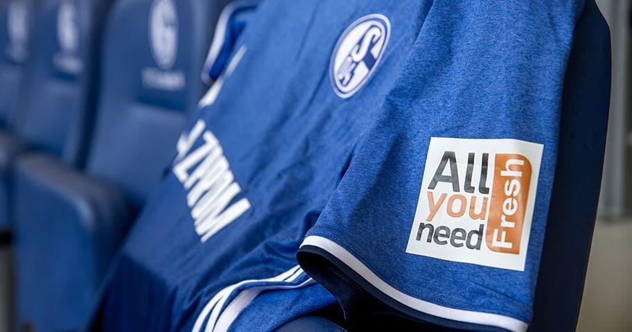 Schalke taraftarları için formasına sanal cüzdan ekledi
